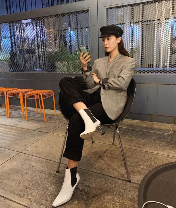 Blazer + Jeans: Nàng công sở sẽ chẳng bao giờ mặc xấu nếu biết thêm cách kết hợp giày dép này - Ảnh 13.