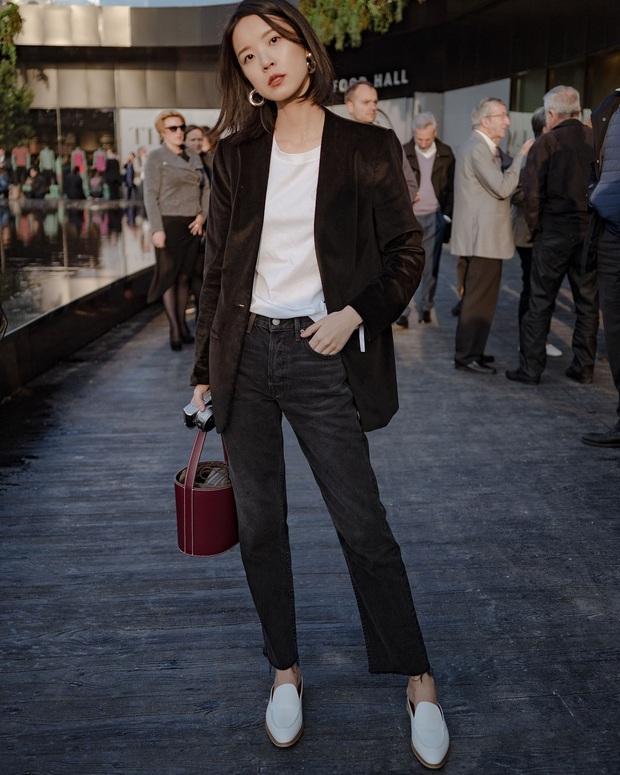 Blazer + Jeans: Nàng công sở sẽ chẳng bao giờ mặc xấu nếu biết thêm cách kết hợp giày dép này - Ảnh 8.