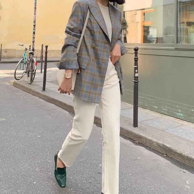 Blazer + Jeans: Nàng công sở sẽ chẳng bao giờ mặc xấu nếu biết thêm cách kết hợp giày dép này - Ảnh 9.