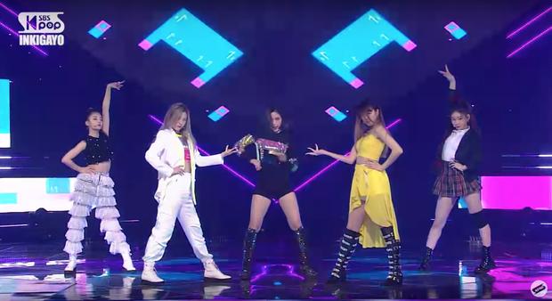 ITZY diễn đạt cúp nhưng netizen vẫn không ngấm nổi outfit: Lên MV đứng riêng thì ổn, đi diễn bị stylist cắt xẻ tơi bời trông thực sự rẻ tiền - Ảnh 3.