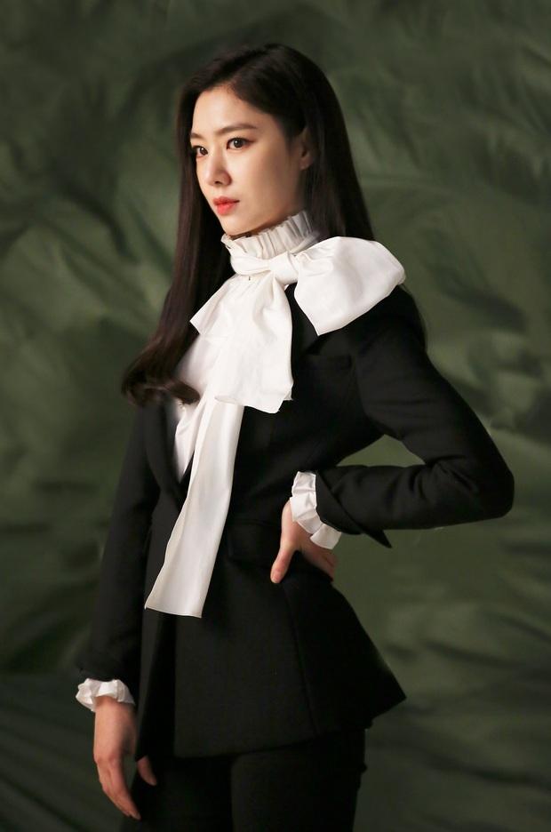 Seo Dan Seo Ji Hye tung ảnh tạp chí chất phát ngất: Đầy khí chất tài phiệt, visual không hổ là đối thủ của Son Ye Jin - Ảnh 10.