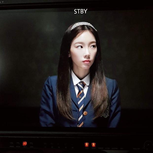Taeyeon sương sương thử lại đồng phục cấp 3 ai ngờ viral khắp MXH: Jang Nara chắc phải nhường lại ngôi thánh hack tuổi - Ảnh 8.