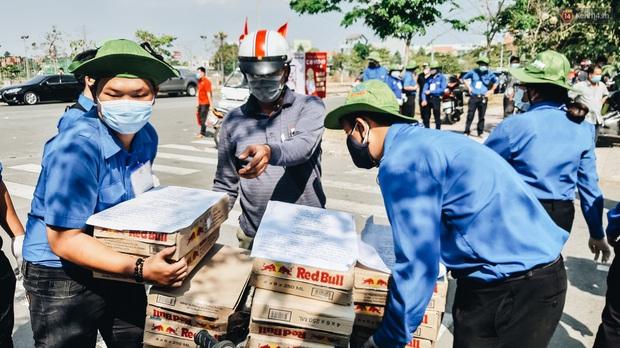 Người cách ly ở KTX âm thầm mua sữa tặng các anh dân quân tự vệ để cảm ơn vì ngày đêm chuyển hàng viện trợ - Ảnh 13.
