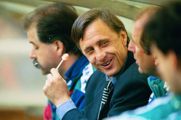 """4 năm ngày mất của Johan Cruyff: Huyền thoại vĩ đại """"đốt mình"""" mỗi ngày và cuối cùng, khói thuốc mang ông đi - Ảnh 3."""