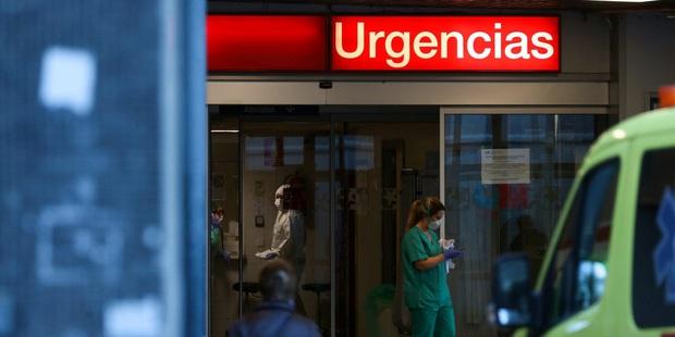 Thảm cảnh ở Tây Ban Nha: Gần 2.700 người tử vong vì nhiễm Covid-19, sân trượt băng biến thành nhà xác do có quá nhiều thi thể - Ảnh 4.