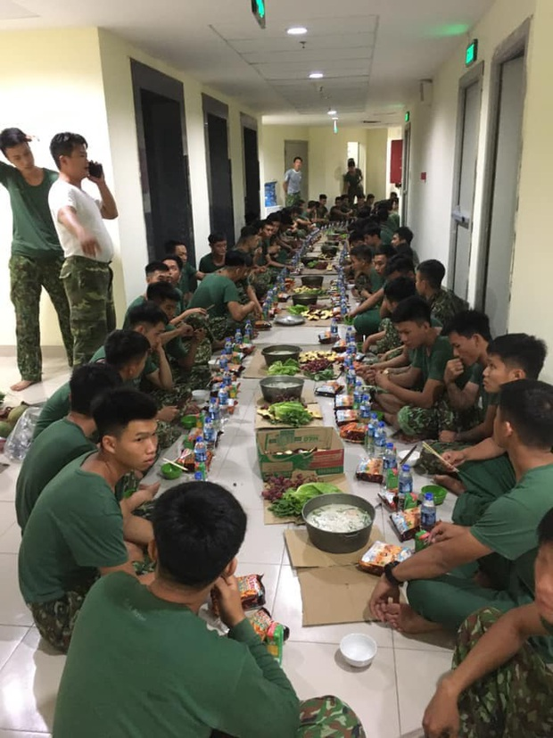 Bữa ăn khuya đơn giản mà ấm áp sau 1 ngày dài căng mình trong khu cách ly của các chiến sĩ: Nồi cháo trắng, gói bim bim cùng chai nước lọc - Ảnh 3.