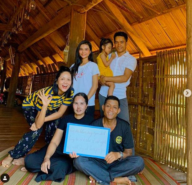 Cả Vbiz ở nhà nhưng không chán giữa mùa dịch Cô Vy: HHen Niê về buôn làng, Thái Trinh, Puka xúc động khi nhớ về gia đình! - Ảnh 9.