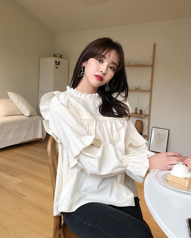 """Kiểu áo """"bánh bèo động trời"""" được gái Hàn xem như chân ái, mix đồ hiện đại mà không thắm mới hay - Ảnh 3."""