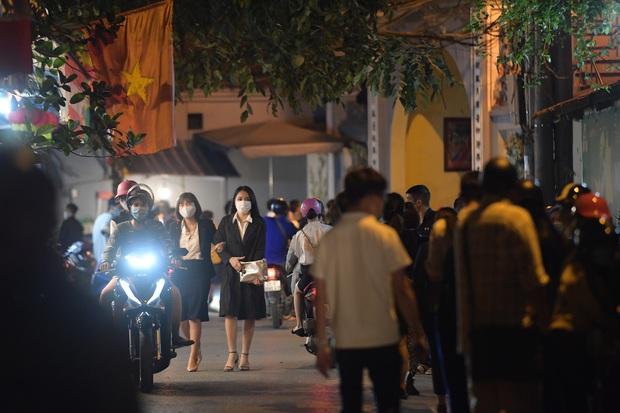 Ảnh: Hàng trăm người Hà Nội vẫn kéo về Phủ Tây Hồ cúng bái ngày đầu tháng, bất chấp lệnh cấm vì dịch Covid-19 - Ảnh 2.
