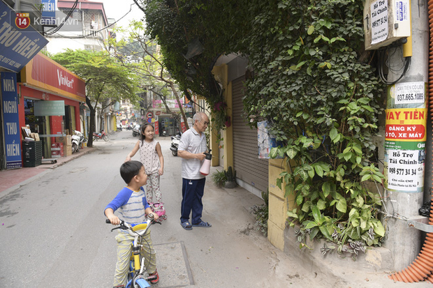 Ngắm ngôi nhà 5 tầng phủ kín cây hoa giấy của nguyên giảng viên Đại học Xây dựng Hà Nội, ai đi qua cũng sững sờ - Ảnh 11.