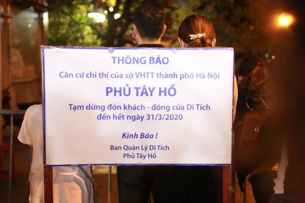 Ảnh: Hàng trăm người Hà Nội vẫn kéo về Phủ Tây Hồ cúng bái ngày đầu tháng, bất chấp lệnh cấm vì dịch Covid-19 - Ảnh 1.
