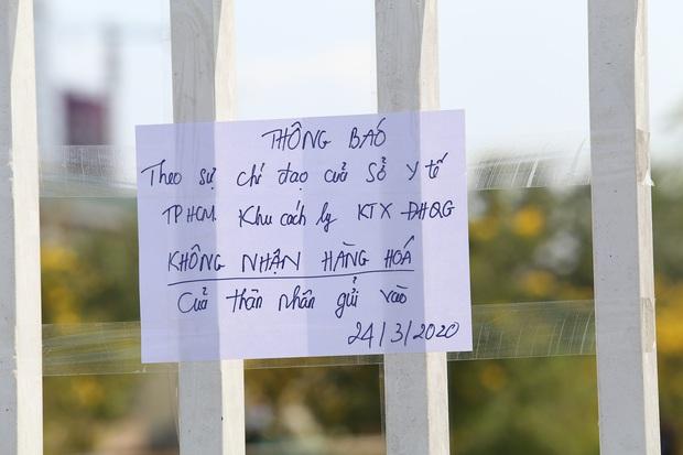 Người dân ném hàng hoá vào khu cách ly KTX ĐH Quốc Gia bất chấp có thông báo ngưng nhận đồ tiếp tế - Ảnh 2.