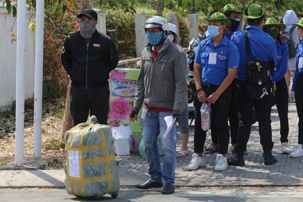 Người dân ném hàng hoá vào khu cách ly KTX ĐH Quốc Gia bất chấp có thông báo ngưng nhận đồ tiếp tế - Ảnh 15.