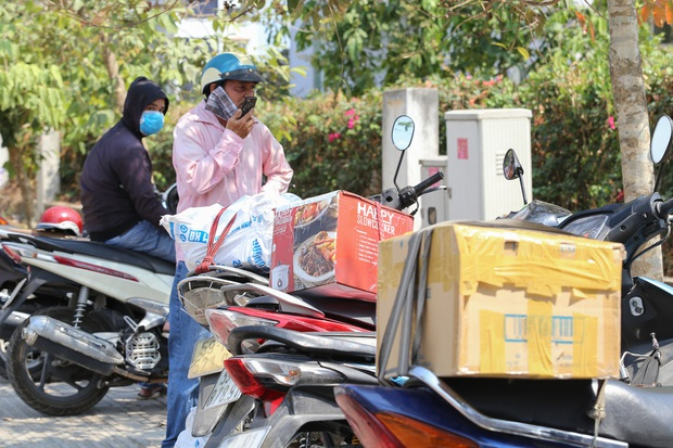 Người dân ném hàng hoá vào khu cách ly KTX ĐH Quốc Gia bất chấp có thông báo ngưng nhận đồ tiếp tế - Ảnh 7.