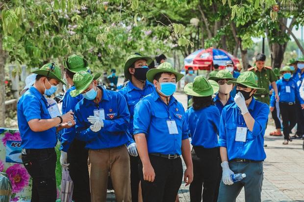Người cách ly ở KTX âm thầm mua sữa tặng các anh dân quân tự vệ để cảm ơn vì ngày đêm chuyển hàng viện trợ - Ảnh 10.