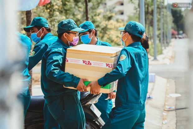 Người cách ly ở KTX âm thầm mua sữa tặng các anh dân quân tự vệ để cảm ơn vì ngày đêm chuyển hàng viện trợ - Ảnh 2.