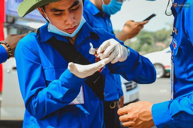 Người cách ly ở KTX âm thầm mua sữa tặng các anh dân quân tự vệ để cảm ơn vì ngày đêm chuyển hàng viện trợ - Ảnh 11.