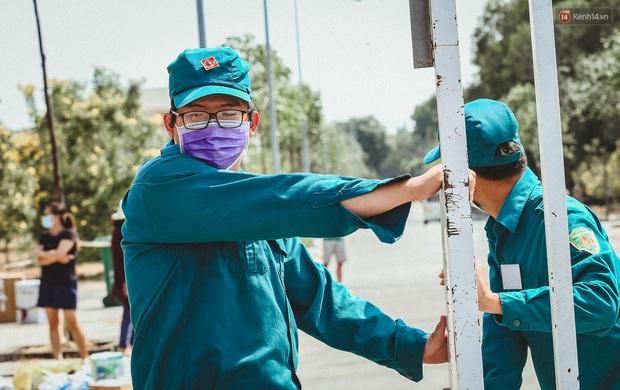 Người cách ly ở KTX âm thầm mua sữa tặng các anh dân quân tự vệ để cảm ơn vì ngày đêm chuyển hàng viện trợ - Ảnh 1.
