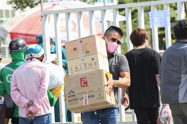 Người dân ném hàng hoá vào khu cách ly KTX ĐH Quốc Gia bất chấp có thông báo ngưng nhận đồ tiếp tế - Ảnh 5.