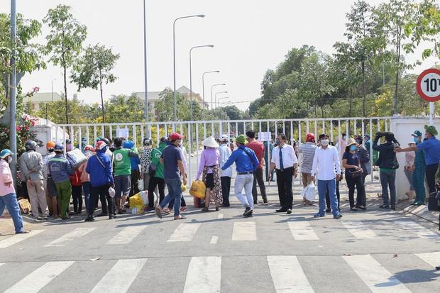 Người dân ném hàng hoá vào khu cách ly KTX ĐH Quốc Gia bất chấp có thông báo ngưng nhận đồ tiếp tế - Ảnh 1.