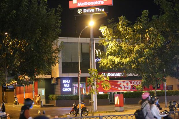 Nhà hàng, phòng gym, salon tóc, quán nhậu,... ở Sài Gòn đồng loạt đóng cửa theo chỉ thị để phòng dịch Covid-19 - Ảnh 20.