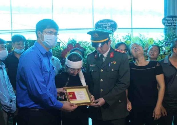 """Truy tặng huy hiệu """"Tuổi trẻ dũng cảm"""" cho Thượng úy hy sinh khi làm nhiệm vụ - Ảnh 1."""