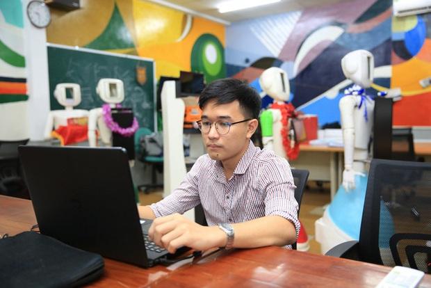 Nhóm sinh viên ở TPHCM chế tạo robot đo nhịp tim, huyết áp, cấp phát thuốc, thanh toán điện tử… giúp giảm tải bệnh viện trong bão Covid-19 - Ảnh 1.