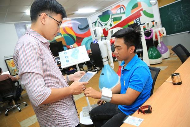 Nhóm sinh viên ở TPHCM chế tạo robot đo nhịp tim, huyết áp, cấp phát thuốc, thanh toán điện tử… giúp giảm tải bệnh viện trong bão Covid-19 - Ảnh 2.