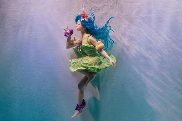 Ngỡ ngàng trước bộ ảnh cosplay Zoe Tiệc bể bơi siêu thực của nữ cosplayer Hàn Quốc Hanna - Ảnh 2.