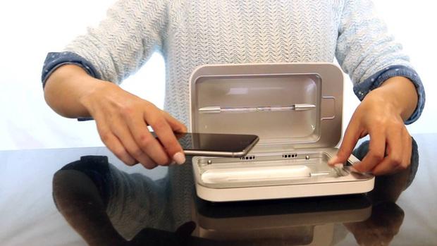 Giữa mùa dịch COVID-19, dân Mỹ đổ xô đi mua thiết bị khử trùng điện thoại này nhờ khả năng diệt 99% vi khuẩn và virus có hại - Ảnh 1.