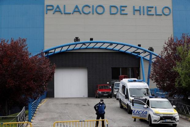 Thảm cảnh ở Tây Ban Nha: Gần 2.700 người tử vong vì nhiễm Covid-19, sân trượt băng biến thành nhà xác do có quá nhiều thi thể - Ảnh 1.