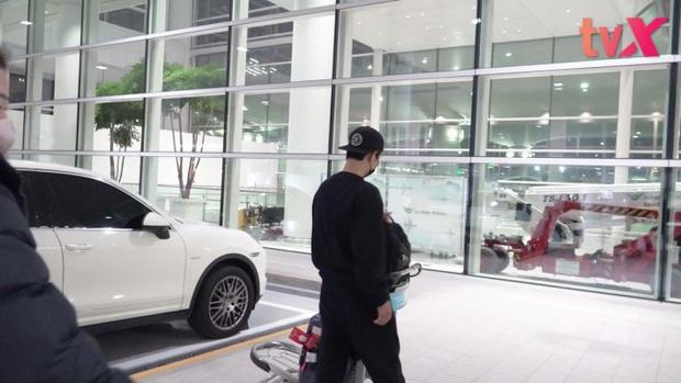 Song Joong Ki chính thức lộ diện tại sân bay, cùng ekip 100 người cách ly 2 tuần sau khi từ Nam Mỹ về vì đại dịch - Ảnh 4.