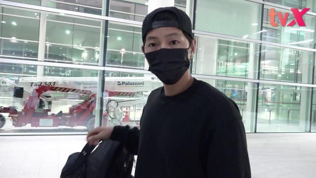 Song Joong Ki chính thức lộ diện tại sân bay, cùng ekip 100 người cách ly 2 tuần sau khi từ Nam Mỹ về vì đại dịch - Ảnh 5.