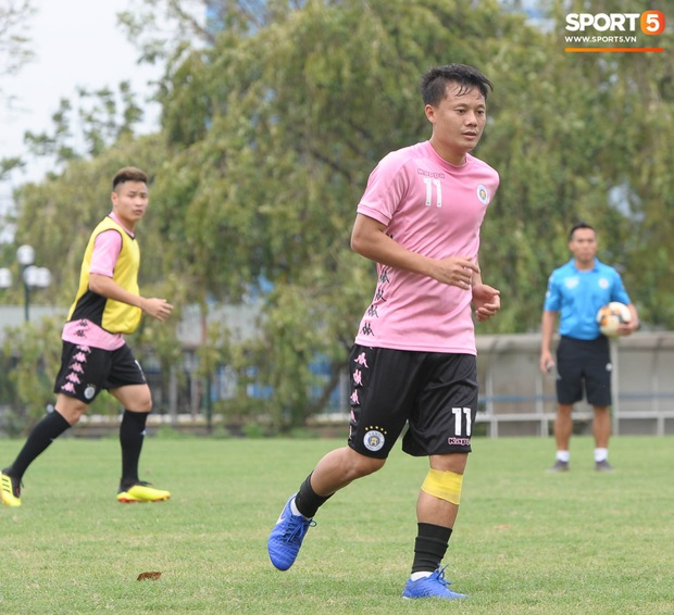 Thành Chung bịt kín mặt, hóa trọng tài biên bất đắc dĩ trong buổi tập chiều 25/3 của Hà Nội FC - Ảnh 8.