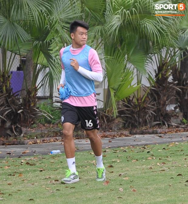 Thành Chung bịt kín mặt, hóa trọng tài biên bất đắc dĩ trong buổi tập chiều 25/3 của Hà Nội FC - Ảnh 2.