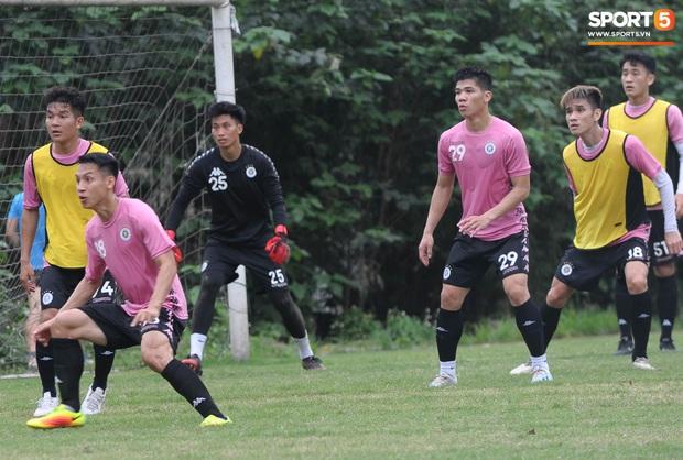 Thành Chung bịt kín mặt, hóa trọng tài biên bất đắc dĩ trong buổi tập chiều 25/3 của Hà Nội FC - Ảnh 10.