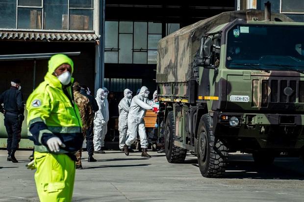 Nhân viên lò hỏa táng tại tâm dịch Covid-19 của Italy: Làm việc đến kiệt sức với rất ít dụng cụ bảo hộ, đối mặt nguy cơ cao lây nhiễm virus - Ảnh 1.
