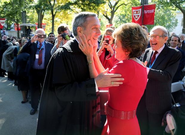 Nóng: Hiệu trưởng Đại học Harvard và vợ đã dương tính với Covid-19 - Ảnh 1.
