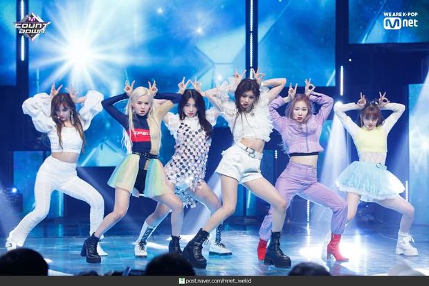 Điểm danh 17 outfit biểu diễn của hội idol bị netizen Hàn ghét cay ghét đắng, đến Black Pink cũng dính chưởng - Ảnh 14.