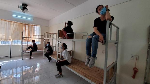 Chuyện về những người trẻ thầm lặng dọn sạch hàng nghìn căn phòng ngập bụi cho du học sinh về cách ly tại KTX ĐHQG - Ảnh 1.