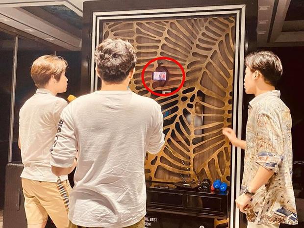 Ở nhà mùa dịch, Trấn Thành rủ rê Quang Trung - Ali Hoàng Dương hát karaoke nhưng điều bí mật được chính Hari Won tiết lộ mới khiến fan chú ý - Ảnh 2.