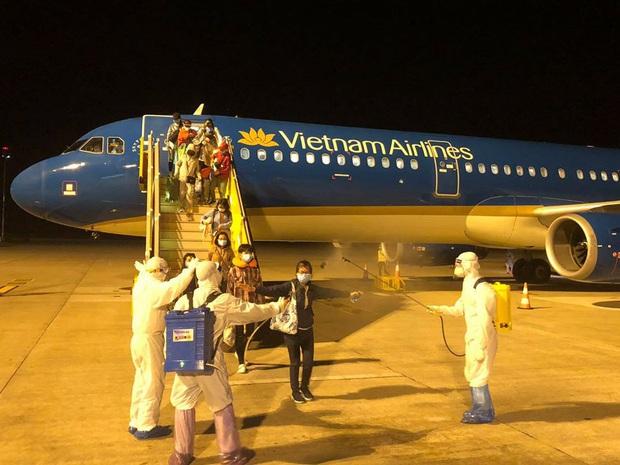 Vietnam Airlines chở công dân Việt Nam từ Philippines về nước an toàn - Ảnh 4.