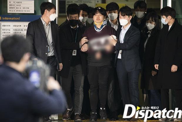 Kẻ cầm đầu Phòng chat thứ N lộ diện tại đồn: Đầu cổ băng bó, biểu cảm rùng mình, cảnh sát và phóng viên đông nghẹt thở - Ảnh 2.