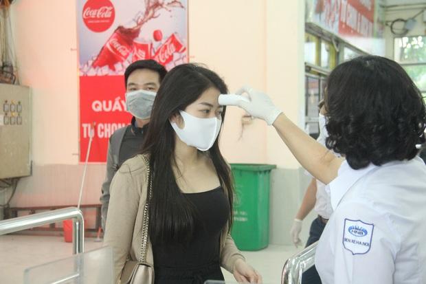 Ảnh: Kiểm tra thân nhiệt, khai báo ý tế bắt buộc từng hành khách tại bến xe để phòng chống dịch bệnh COVID-19 - Ảnh 7.