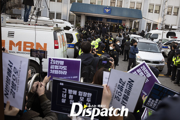 Kẻ cầm đầu Phòng chat thứ N lộ diện tại đồn: Đầu cổ băng bó, biểu cảm rùng mình, cảnh sát và phóng viên đông nghẹt thở - Ảnh 8.