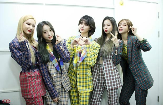 Điểm danh 17 outfit biểu diễn của hội idol bị netizen Hàn ghét cay ghét đắng, đến Black Pink cũng dính chưởng - Ảnh 12.