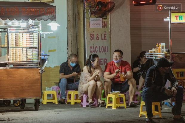 Quán xá Sài Gòn sau khi có lệnh tạm dừng hoạt động để chống dịch Covid-19: Nơi đóng cửa hàng loạt, chỗ lại tấp nập lạ thường - Ảnh 9.