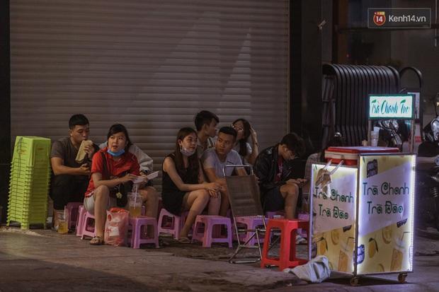Quán xá Sài Gòn sau khi có lệnh tạm dừng hoạt động để chống dịch Covid-19: Nơi đóng cửa hàng loạt, chỗ lại tấp nập lạ thường - Ảnh 10.