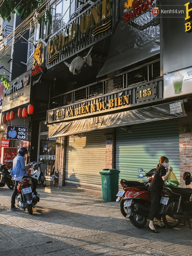Quán xá Sài Gòn sau khi có lệnh tạm dừng hoạt động để chống dịch Covid-19: Nơi đóng cửa hàng loạt, chỗ lại tấp nập lạ thường - Ảnh 29.