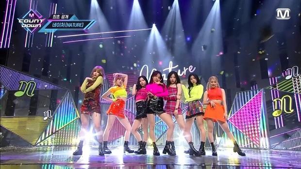 Điểm danh 17 outfit biểu diễn của hội idol bị netizen Hàn ghét cay ghét đắng, đến Black Pink cũng dính chưởng - Ảnh 11.